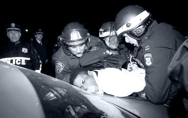 En demonstrant får en kærlig behandling af New Yorks politi.  Foto: Twitter