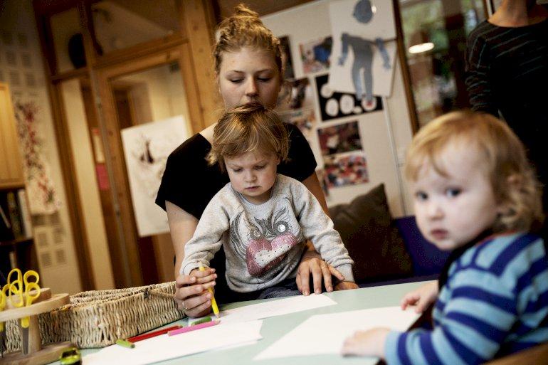 Skal forældre, der holder børn hjemme fra vuggestue, straffes på økonomien? Ja, mener Socialdemokraterne, mens både De Radikale og SF siger nej. Foto: Polfoto