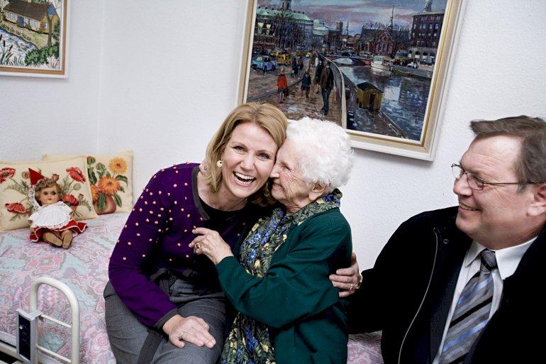 Der er gode billeder i at komme ud i velfærdsvirkeligheden. Her er det Helle ThorningSchmidt, der op til valget i 2007 tog sig tid til at besøge Erna Jensen og de andre beboere på Lærkegaarden i Herlev. Foto: Polfoto