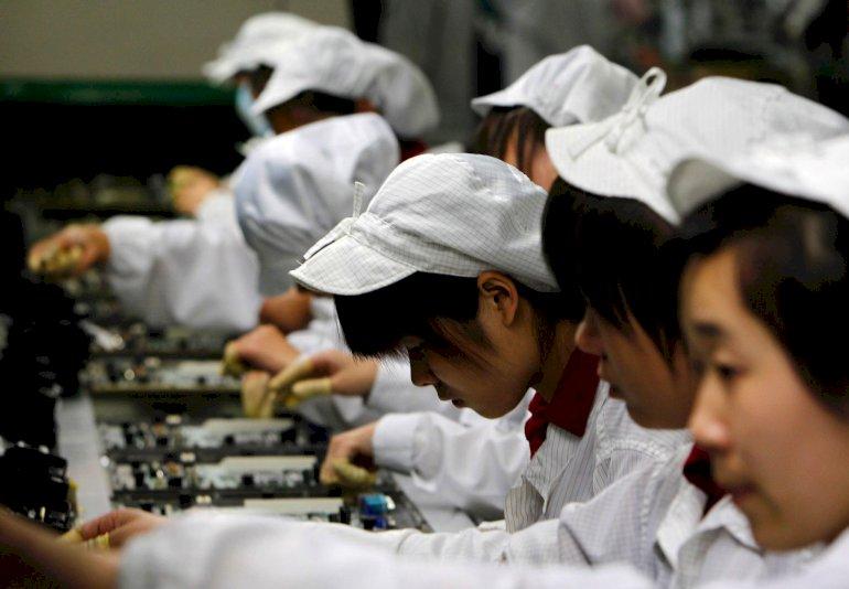 Kinesiske arbejdere samler computere på en fabrik i Shenzhen, hvor flere underleverandører til mærker som Dell og Apple har til huse. Arbejdsforholdene på de kinesiske elektronikfabrikker kom senest i fokus efter en stribe selvmord blandt arbejdere hos Foxconn Electronics, en af branchens største underleverandører. Foto: Polfoto