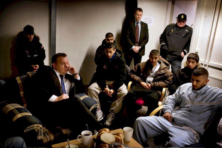 Det var blandt andet mødet med en gruppe 'vilde drenge' i Askerød i Greve i 2010, der inspirerede Lars Løkke til at stifte Løkkefonden. Nu kritiseres han for at ville udbrede 'konceptpædagogik'.  Foto: Martin Lehmann/Polfoto