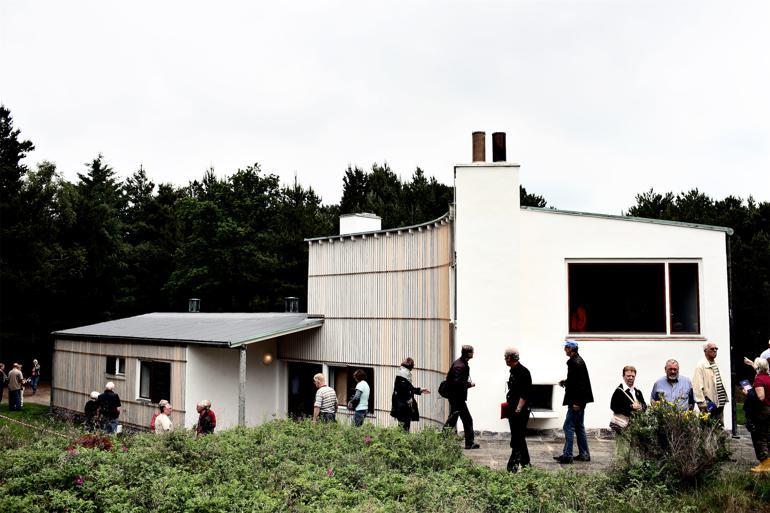 Frygten for en tysk invasion af de danske sommerhusområder er foreløbig grundløs, for det er i højere grad pengestærke nordmænd, der i øjeblikket får dispensation til at købe sekundær bolig i den danske idyl. Her er det Arne Jacobsens sommerhus, som besigtiges.Foto: Polfoto