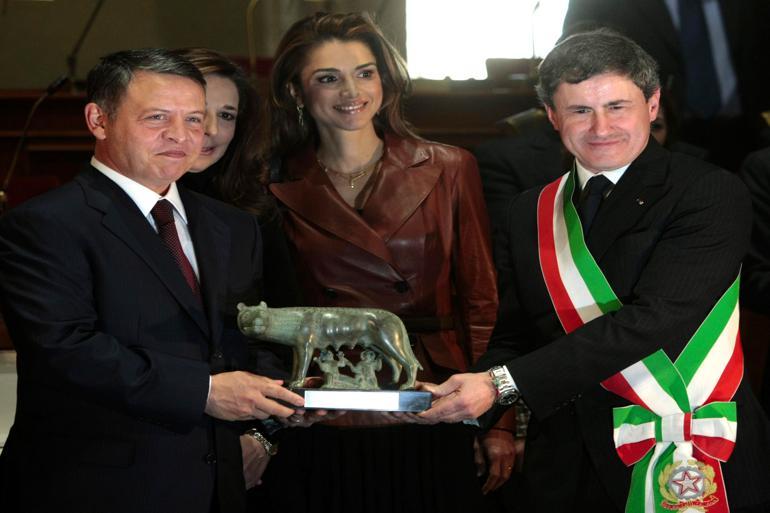 Roms tidligere borgmester Giovanni GianniAlemanno (til højre) er blandt de 37 anholdte ved optrævlingen af Mafia Capitale, et mafia-netværk, der blandt andet har tjent store summer på flygtninge.Foto: Polfoto