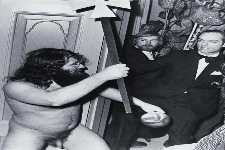 Maler og multikunstner Jens Jørgen Thorsen nåede at provokere mange. Her medvirker han i en happening, hvor han og kunstneren Jørgen Nash slipper hvide mus løs til Det Danske Akademis årsfest i 1974. Foto: Preben Niemeyer / Polfoto