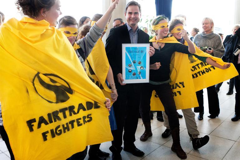 Daværende borgmester i Aarhus, Nicolai Wammen (S), var en glad mand, da han, omgivet af kampklædte græsrødder modtog byens Fairtrade-certificering. Foto: Cathrine Ertmann / Polfoto