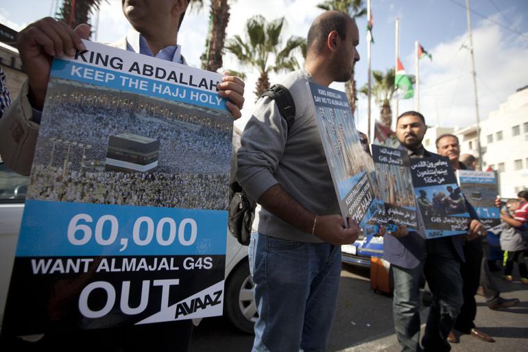 En gruppe palæstinensere demonstrerer mod Saudi-Arabiens mulige engagement med det multinationale sikkerhedsfirma G4S i forbindelse med den årlige pilgrimsfærd til Mekka, Hajj. Udover Israel har G4S også mange danske kommuner i kundeporteføljen. Foto: Mohammed Majdi/Polfoto.