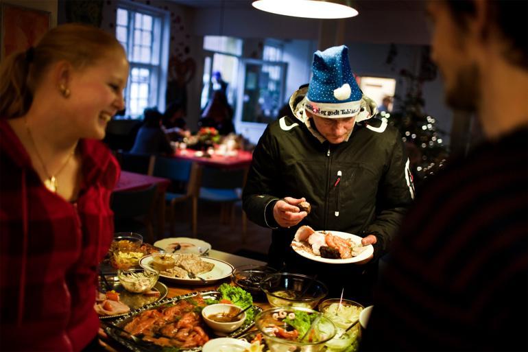 Frivillige kan være nøglen til at løse problemstillinger som ensomhed, hvor kommunen tidligere bare har kunnet lappe, men aldrig løse problemet, mener man i Odenses Center for Civilsamfund. Foto: Lærke Posselt / Polfoto