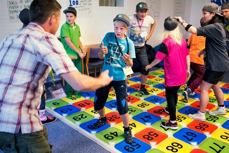 Øvelserne på matematikmåtten skal styrke både faglige evner og fællesskab, der er vigtigt for at skabe gode rammer for indlæring. Billedet er fra en sommerskole for anbragte børn. Foto: Tycho Gregers / Polfoto