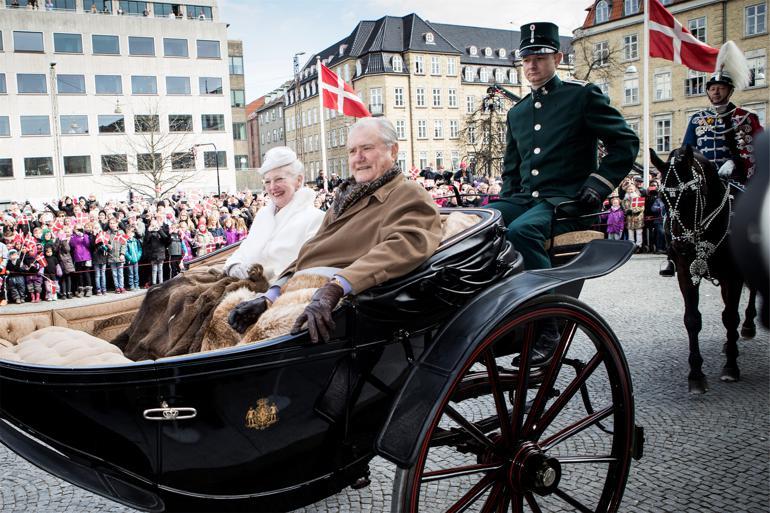 Regentparret ankom onsdag formiddag til Aarhus Rådhus, da Aarhus tog hul på dronningens 75-års-fødselsdag med karettur. Foto: Casper Dalhoff/Polfoto