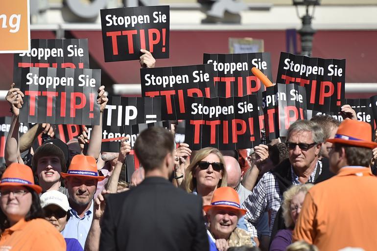 Modstanden mod den transatlantiske handelsaftale TTIP stiger i det ellers eksportglade Tyskland både fra NGOer og medier samt ved hyppige demonstrationer som her i Düsseldorf.Foto: Polfoto