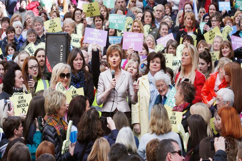 SNP-lederen Nicola Sturgeon er ifølge kritikere hos både Labour og Konservative 'Storbritanniens farligste kvinde', fordi det skotske nationalistparti kan få hidtil uset indflydelse på en kommende regering, når briterne i denne uge går til stemmeurnerne.  Foto: Danny Lawson / Polfoto