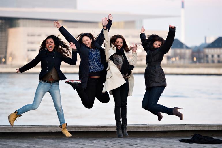 Firkløveret bag DR-programmet 'Det slører stadig' er kendt for satire om kulturforskelle. Efter terrorangrebet i København har en af programmets skabere, Sara Al Naser (længst til højre), skrinlagt et program om at være fanget mellem to kulturer. Foto: Lars Krabbe / Polfoto