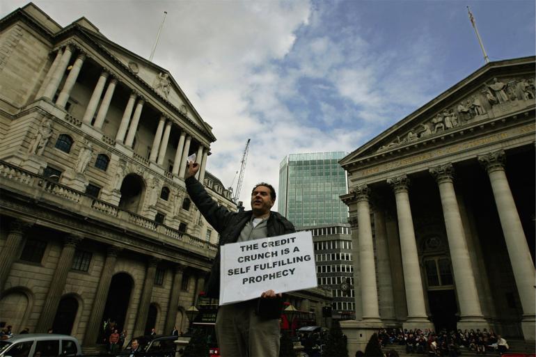 Demonstrant holder tale om globale finansmarkeder i anledning af G20-mødet i London i 2009. Ifølge Anthony Giddens burde teknologiske forandringer og deres indflydelse på økonomien have langt større betydning for den socialdemokratiske politik, end tilfældet er i dag. Foto: Lefteris Pitarakis / Polfoto