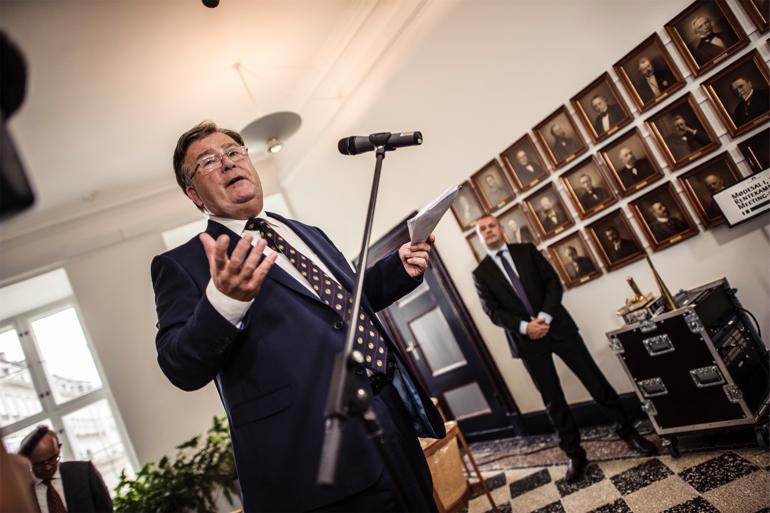 Finansminister Claus Hjort Frederiksen ved overdragelsen i ministeriet. Foto: Rumle Skafte/POLFOTO