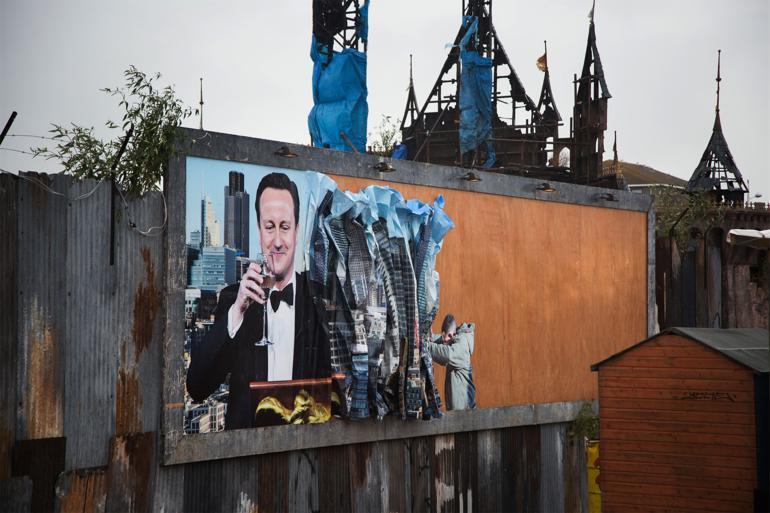 Den 66-årige Jeremy Corbyn, der er favorit til at vinde posten som Labour-leder, er parat til helt at forkaste David Camerons konservative politik om kraftige offentlige besparelser.  Lige siden han kom i parlamentet i 1983, har han været i opposition til det mere midtsøgende New Labour, som blandt andet Tony Blair stod for. Han har været aktiv i Stop the War-koalitionen og har bebudet, at han som leder vil stå for tættere samarbejde med fagforeningerne. Hans modstandere advarer om, at det kan blive enden på Labour som et valgbart parti i Storbritannien. Kunst af Cat Phillips og Peter Kennard / Foto: Kristian Buus