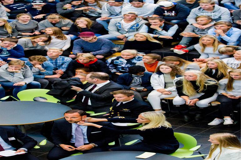I alt 20 testkommuner har deltaget i forsøget med lavere valgretsalder, men langt flere havde ansøgt om at komme med. Her holder Kronprins Haakon valgforedrag for de unge førstegangsvælgere på Frogn Videregående Skole i Drøbak. Foto: Vegard Wivesta Grøtt/NTB Scanpix