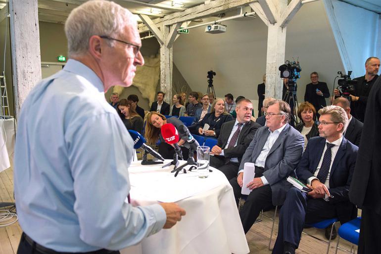 Tidligere departementschef i Beskæftigelsesministeriet Bo Smith afleverede mandag sit udvalgsarbejde til sin tidligere minister Claus Hjort Frederiksen (V). Foto: Scanpix