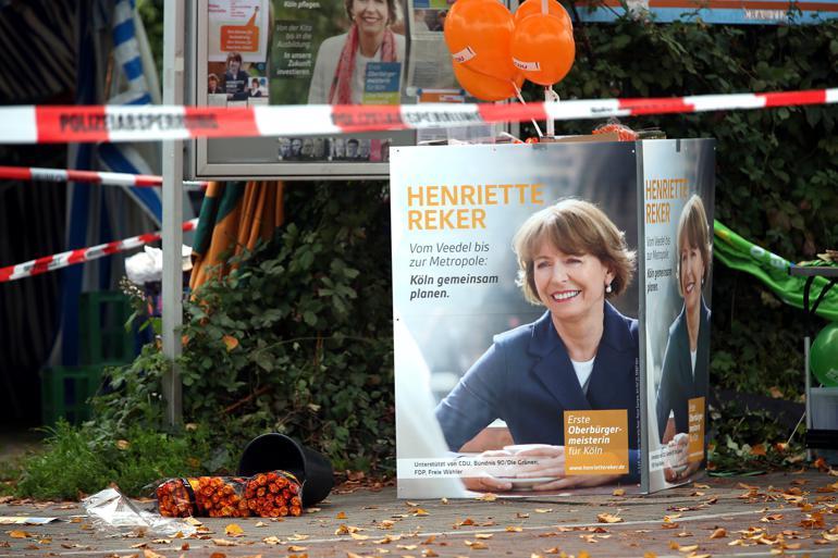 Sidste lørdag blev borgmesterkandidat Henriette Reker stukket ned i Köln. Dagen efter kunne hun fra intensivafdelingen konstatere, at hun fik 52,7 procent af stemmerne. Foto: Oliver Berg / Polfoto