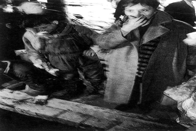 I 1996 stod Birte Weiss i sin egenskab af dansk indenrigsminister i en lille bosnisk landsby med hånden for munden og så halvt opløste lig blive hevet op af en massegrav (billede fra BWs bog om sagen). Foto: Polfoto