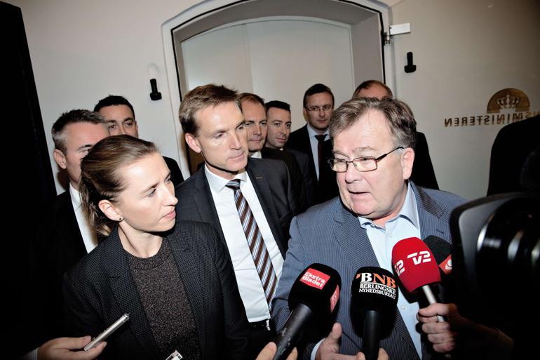 Mette Frederiksen (S) har meldt klart ud, at det ikke bliver Socialdemokraterne, der kommer til at lægge de afgørende mandater til at sænke de kommunale udgifter de kommende år. Dermed er det op til Kristian Thulesen Dahl og DF at forhindre velfærdsnedskæringer i finansloven. Foto: Joachim Adrian / Polfoto