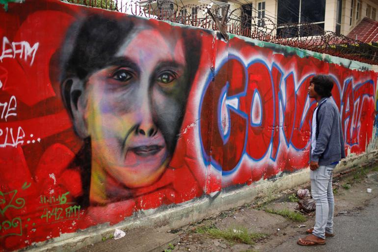 - Vi havde forventet, at når Aung San Suu Kyi blev løsladt, ville hun forsvare menneskerettighederne, når man tager i betragtning, at det internationale samfund gentagne gange har forsvaret hende og hendes rettigheder. Vi tog fejl, siger Phil Robertson, vicedirektør for Asien ved Human Rights Watch. Foto: Hkun Lat / AP / Polfoto
