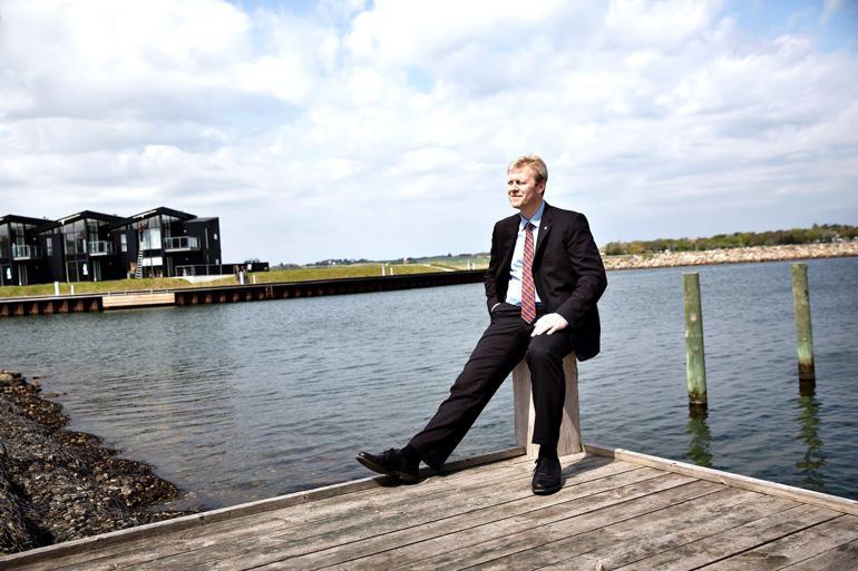 Struer-borgmester Mads Jakobsen (V) nyder udsigten fra Handbjerg Marina, der blev anlagt sidste år – kun få kilomteter fra Struer Lystbådehavn. To kommuner, to havne, men ikke alle ser visdommen. Foto: Astrid Dalum / Polfoto