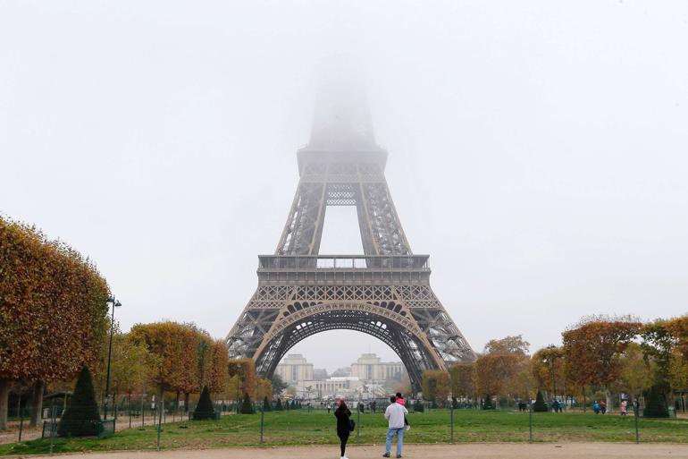 En måned før klimatopmødet begynder, slår parisiske myndigheder alarm og indfører titag for at undgå mere smog i storbyen. Danske byer slår også klima-alarm og tager til Paris for at påvirke stats- og regeringslederne ved COP21. Foto: Jacques Brinon / AP / Polfoto
