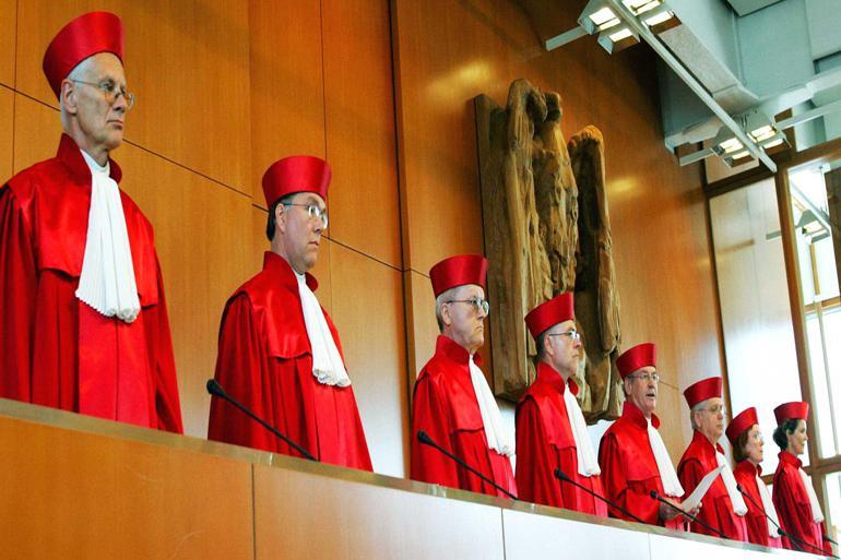 En af Tysklands vigtigste konservative stemmer, den tidligere forfatningsdommer og juraprofessor Udo Di Fabio (yderst til venstre i billedet), advarer mod Vestens lemfældige omgang med de statsbærende institutioner. Det skyldes blandt andet, at de vestlige stater permanent overskrider de beføjelser, der i en liberal optik tilkommer dem. Foto: Winfried Rothermel / AP / Polfoto