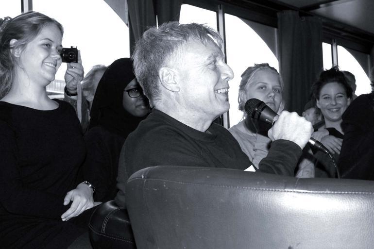 I bussen på vej mod klimatopmødet i Paris blev der sunget fødselsdagssang for Alternativet. Partiet er nemlig blevet to år. Foto: Ronja Pilgaard