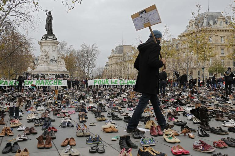 Tusindvis af sko er stillet op på Place de la Republique i Paris i en yderst fredelig demonstration arrangeret af ngo'en Avaaz i forbindelse med COP21. Foto: Laurant Cipriani / AP / Polfoto