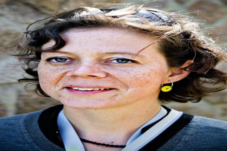 Louise Groth-Michelsen har været fødselshjælper på Folkemødet, der vokser sig større år for år. Nu glæder hun sig til at opleve den bornholmske succes som publikum. Foto: Thomas Nørgaard Pedersen / Polfoto