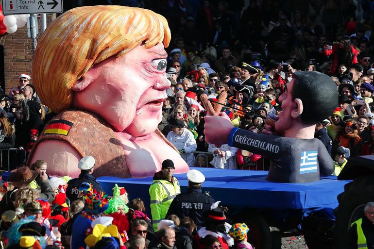 I den kommende weekend vil Køln flyde over med øl, flirt og vovede kostumer. Eller rettere: Det plejer Køln på denne tid af året, hvor der fejres karneval i den frivole by ved Rhinen. Efter de voldelige og seksuelle overgreb nytårsnat vil festen i år være præget af et stærkt politiopbud, mens alverdens medier vil berette om, hvorvidt kølnerne holder en armslængdes afstand til fremmede, som det hed i overborgmester Henriette Rekers sikkerhedsanvisning - en udmelding, der generelt vurderedes som et hovedløst knæfald for gerningsmændenes angreb på kvinders ret til frihed og seksuel selvbestemmelse. Foto: Frank Augstein/AP/Polfoto