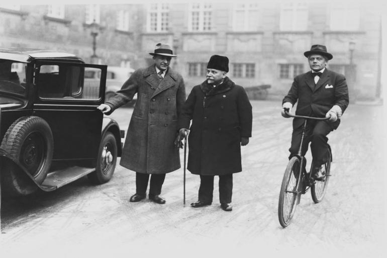 John Christmas Møller (på cykel) og konseilspræsident Carl Theodor Zahle ankommer til Christiansborg. For Christmas Møller var bønderne konservative kernevælgere. Foto: Tage Christensen / Polfoto