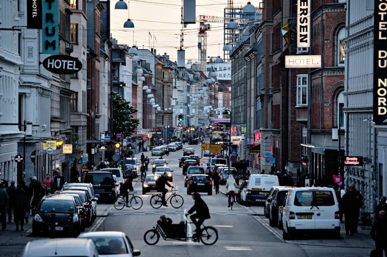 Vesterbro i København er blevet symbolet på gentrificering i Danmark. I skrivende stund koster billigste familielejlighed – defineret som en lejlighed på mindst 90 kvadratmeter – 3,7 millioner kroner og kræver derfor en husstandsindkomst på cirka en million kroner, hvis man ikke har formue. Foto: Joachim Adrian / Polfoto
