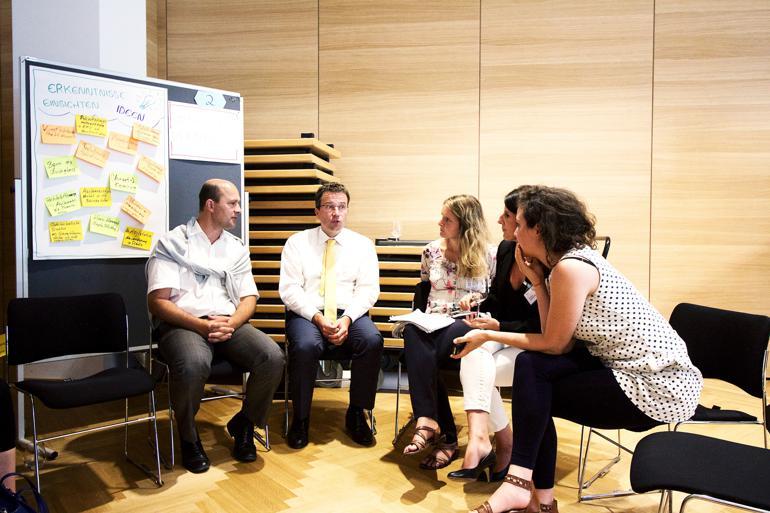 Johannes Kopf (nummer to fra venstre), direktionsmedlem hos Public Employment Service Austria, giver her input om beskæftigelse til nysgerrige borgmestre ved en af dagens workshops. Foto: Lisa van der Linden