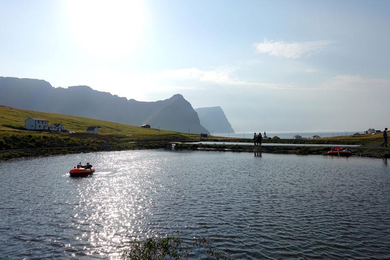 Den færøske befolkning – her i Viðareiði – er godt tilfreds med småt. I 2012 gennemførtes en rådgivende folkeafstemning, hvor vælgerne måtte tage stilling til, hvorvidt kommunerne i deres region skulle slås sammen. I alle regionerne blev forslaget nedstemt.