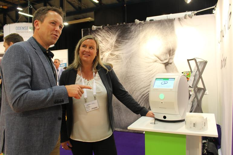 Maskinen, som Morten Hoff fra Center for Velfærdsteknologi her får fremvist, doserer medicin og minder patienten om at tage den. Foto: Ronja Pilgaard
