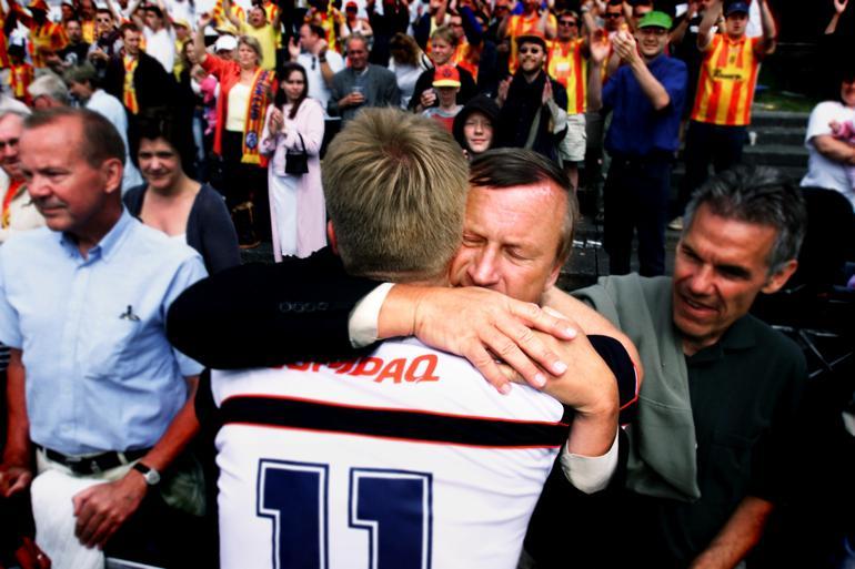 Farum Boldklub rykkede i 2002 op i Superligaen. En rørt Peter Brixtofte, der nærede en enorm kærlighed til sporten, jublede med spillerne. Polfoto