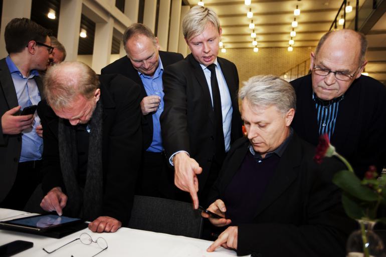 Jacob Bjerregaard (i midten) følger de indkomne tal nøje ved KV13 i Fredericia.Foto: Mette Mørk / VAF / Polfoto