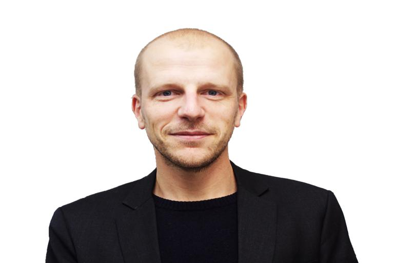 I januar flytter Folkemødets nye direktør, Mads Akselbo Holm, ind på drengeværelset hos sine forældre i Rønne. Og når der er fundet en passende bolig, følger familien trop. Foto: Folkemødesekretariatet.