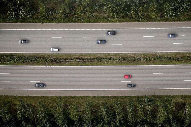 Introduktionen af førerløse biler vil ifølge Vejdirektoratet medføre, at trafikken stiger med 14 procent på vejene – på motorvejene hele 20 procent. Andre eksperter forudser, at den samlede bilpark vil blive reduceret betragteligt, fordi behovet for at eje en bil forsvinder. Foto: Peter Hove Olesen / Polfoto