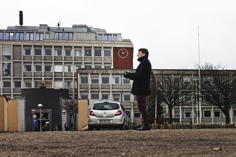 Fra 1900 til 1950erne flyttede folk i tusindvis til Hvidovre, og det gav behov for veje, skoler, beboelseskvarterer og kloakering. Og i 1955 blev sognerådet, der holdt sine møder i en toværelseslejlighed på Hvidovre Torv, erstattet af en kommunalbestyrelse med borgmester og rådhus. Foto: Büro Jantzen