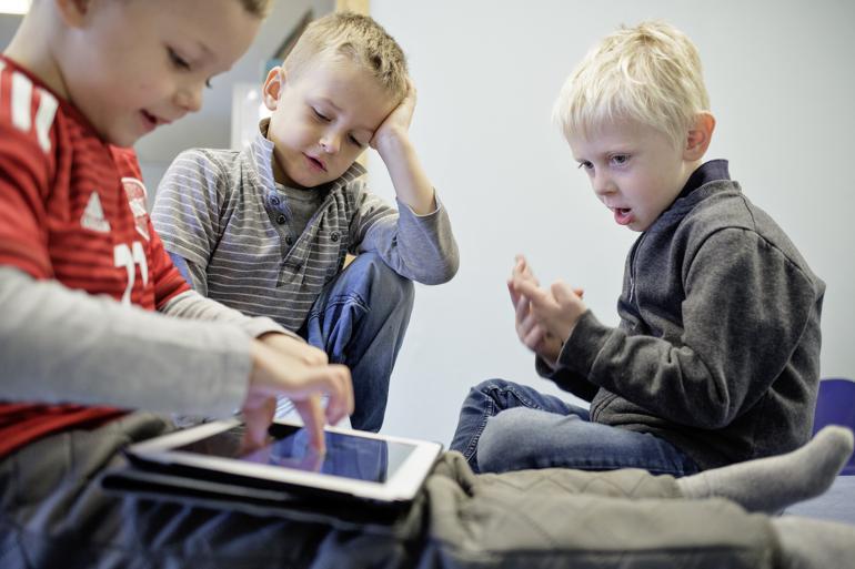Der mangler nye tal for, i hvor høj grad teknologien bliver brugt i institutioner, særligt for de mindste børn, men intentionen i loven er ikke til at tage fejl af: Børnene skal lære at håndtere den digitale teknologi. Foto: Lasse Kofod / Polfoto
