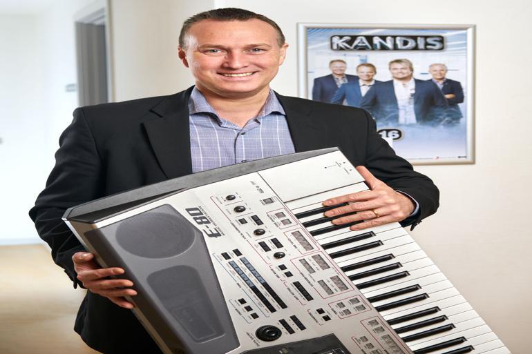 Carsten Rasmussen, Kandis-fan og suppe-steg-is musiker, er taget i Toksværd Hallen med sit keyboard. Han glæder sig til Kandis-koncerten den 25. februar - og står klar i kulissen, hvis der bliver brug for ham på scenen. Fotograf: Steen Knarberg