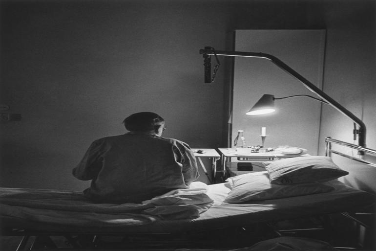 Plejekrævende borgere i Aarhus og Viborg har - i et forsøg, hvor man har erstattet det fysiske tilsyn fra nattevagten med et virtuelt - fået installeret et videokamera over deres seng. Foto: Bengt-Göran Carlsson Nordicphotos