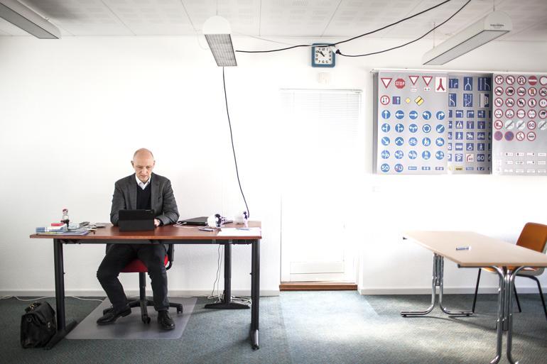 Hver tirsdag, onsdag og torsdag tager Faaborg-Midtfyns borgmester arbejdet med ud til en arbejdsplads i kommunen. Han vil gerne tættere på kommunens borgere og virksomheder. Dagens kontor er Harboes Køreskole i Gislev. Foto: Tine Sletting