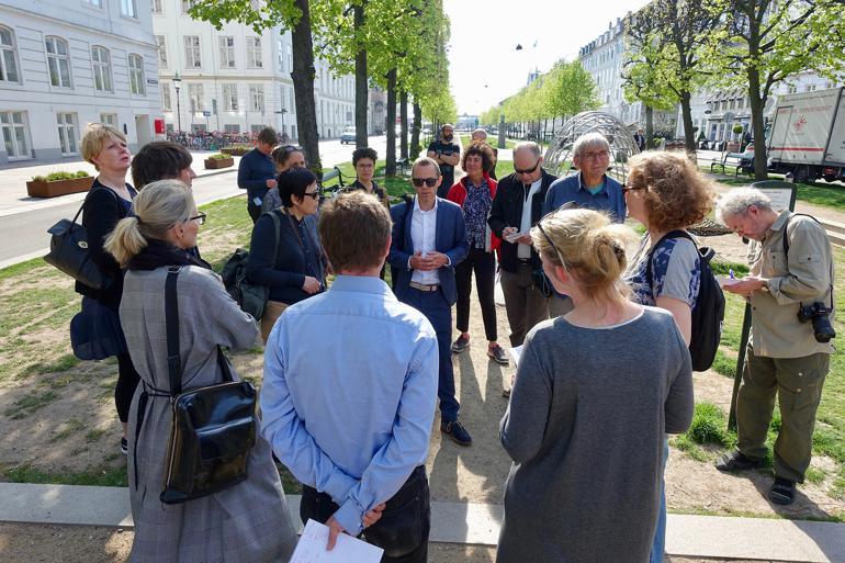 Projektleder Michael F. Tengnagel fra ingeniørselskabet Rambøll fortæller de fremmødte journalister om omlægningen af Sankt Annæ Plads i København, som nu er blevet såkaldt skybrudsgade. Samtidig er pladsen blevet et indbydende byrum.