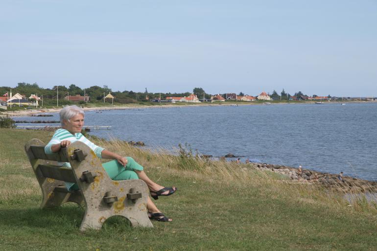 Kirsten Terkilsen elsker udsigten fra denne bænk i Juelsminde, hvor man kan se hele kysten ind gennem Vejle Fjord og på en god dag Lillebæltsbroen. Foto: Knud E. Fotografi