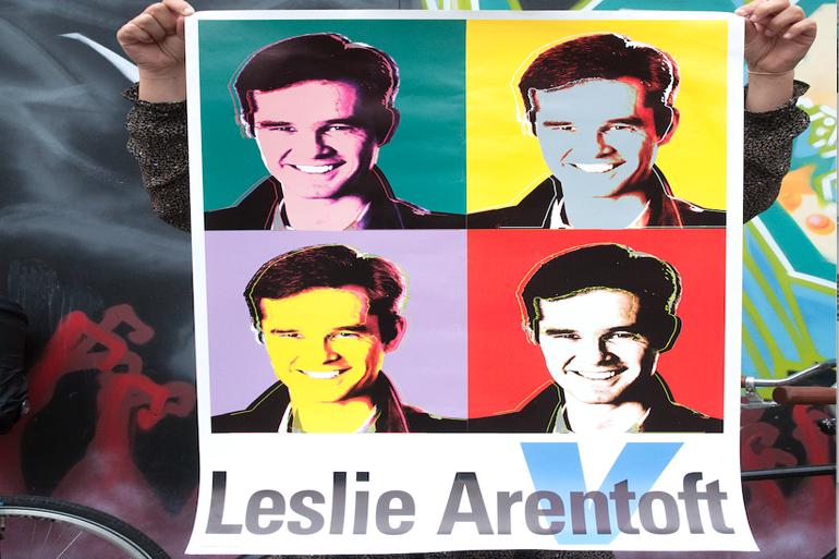 Leslie Arentoft (V) synes, at valgplakater er røvsyge. Men han kan godt lide Andy Warhol. Så han droppede partiets stringente layout og gik sine egne veje ved valget i 2013. Foto: Jakob Thuemoes