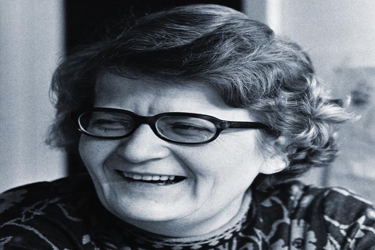 """Karen Møller var en af Danmarks første kvindelige borgmestre. Hun beskriver i sin biografi """"Karens Kampe - som jeg husker dem, hvordan hun som kvinde har måttet kæmpe for at """"bryde gennem glasloftet og få de topposter, hun drømte om."""